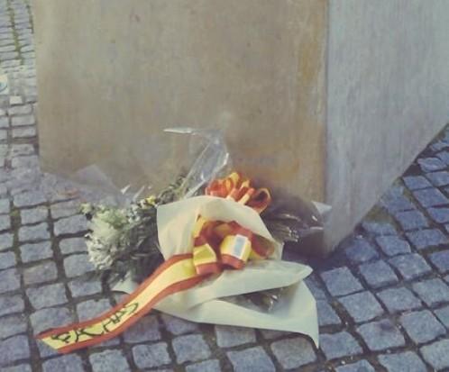 """Imagen del ramo tras el ataque sufrido. En la bandera de España se puede leer la palabra """"facha"""". Leer más: Los jóvenes del PP navarro denuncian el ataque al homenaje que rindieron a Jiménez Becerril"""