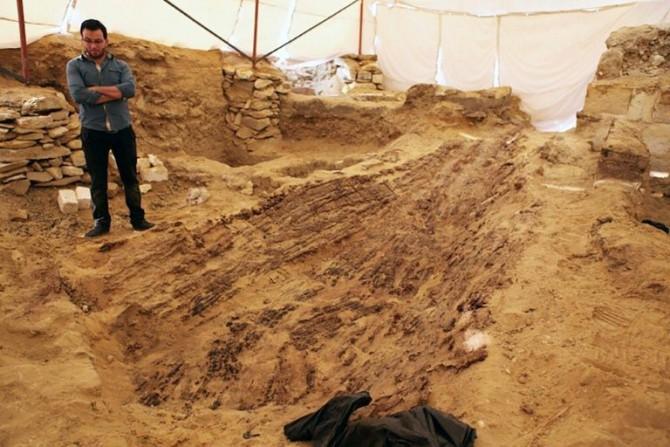 Un barco funerario de 4.500 años hallado en yacimiento de Abusir al suroeste del Cairo en Egipto el 1 de febrero de 2016