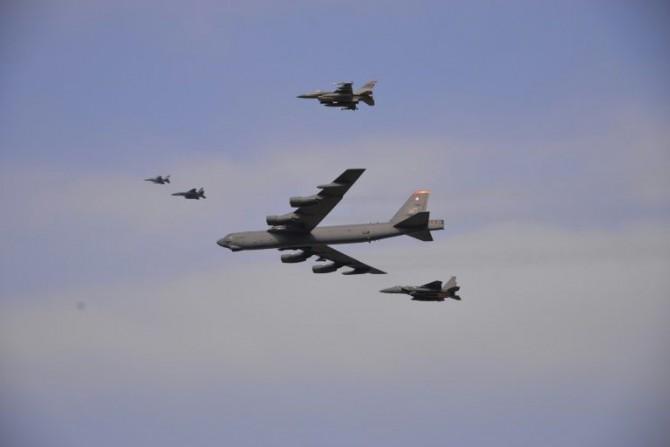 Un bombardero B-52 de la Fuerza Aérea de EEUU escoltado por cazas F-16 sobrevuelan una base militar en Corea del Sur el 10 de enero de 2016
