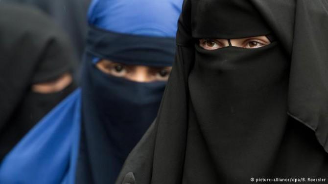 El musulmán converso Pierre Vogel considera una obligación que las mujeres se cubran la cabeza con el velo.