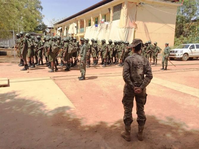 La teniente coronel Rocío Cano, delante de una formación de cadetes malienses