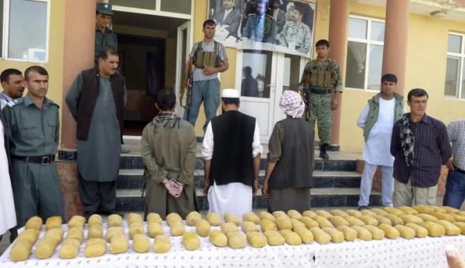 Un grupo de agentes de policía muestra los 75 kilos de opio incautados a tres presuntos traficantes durante una operación antidroga en Baghlan (Afganistán).