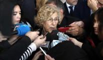 Manuela Carmena atendiendo a los periodistas.