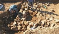 Fotografía que muestra a arqueólogos trabajando en el yacimiento cerca del barrio de Shufat, en Jerusalén, Israel. Los restos de un antiguo asentamiento del período Calcolítico o Edad de Cobre que datan de hace unos 7.000 años han sido localizados en el barrio del noreste de la capital.