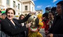 La alcaldesa de Barcelona, Ada Colau, durante el desfile festivo que la comunidad china celebró en el centro de Barcelona para conmemorar la llegada del Nuevo Año.