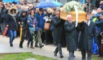 Familiares y amigos acompañan al féretro con los restos del joven italiano Giulio Regeni durante su funeral en Fiumicello, Italia