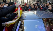 Unos 300 policías municipales acorralan al concejal de Seguridad durante una protesta