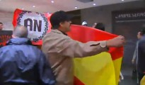 Imagen de video del escrache de un grupo de patriotas a la librería Blanquerna, en Madrid, en septiembre de 2013, en la Diada.