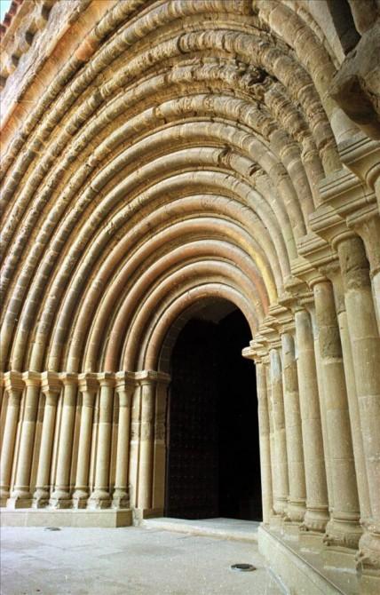 Fachada románica del Real Monasterio de Santa María de Sijena, uno de los monumentos más importantes del patrimonio histórico y artístico aragonés.