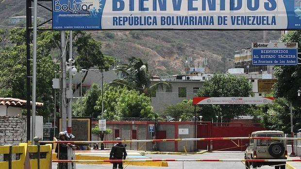 Un miembro de la guardia bolivariana vigila la frontera entre Venezuela y Colombia