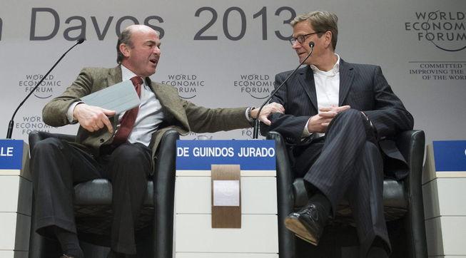 De Guindos y el ministro de Exteriores alemán, Guido Westerwelle, en Davos.