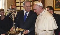 El Papa Francisco recibe sonriente de Netanyahu libro sobre la Inquisición española