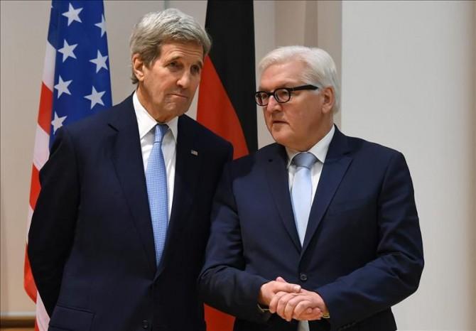 John F. Kerry (izda), secretario de Estado de E.E.U.U., y Frank-Walter Steinmeier (dcha.), ministro alemán de Asuntos Exteriores.