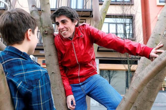 Mónica Zamora, madre de Leo (i), un niño de once años nacido en Vascongadas que está recibiendo un tratamiento inhibidor de la pubertad para que su cuerpo atienda a la identidad masculina que siempre sintió, a pesar de tener genitales femeninos.