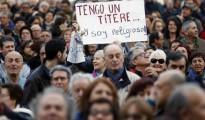 Una persona muestra un títere y un cartel alusivo durante la manifestación contra la corrupción hoy en Valencia, convocada por más de 75 entidades sociales, sindicales, políticas y ONG valencianas.