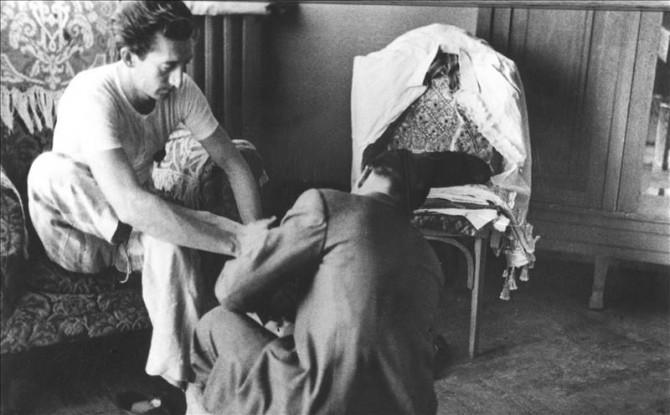 El mozo de espadas de Manolete ayuda al torero a vestirse antes de torear, en la habitacion del hotel , donde espera la hora de la corrida en torno a los años 40.