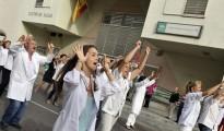 Médicos protestando frente a un Centro de Salud
