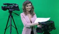La presentadora Greta Hoxhaj, de 24 años, posa antes de presentar las noticias en la cadena Zjarr TV, el 14 de enero de 2016 en Tirana