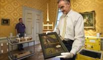 """Un trabajador del museo Noordbrabants muestra el cuadro """"La tentación de San Antonio"""", hoy en el museo en Den Bosch (Holanda)."""