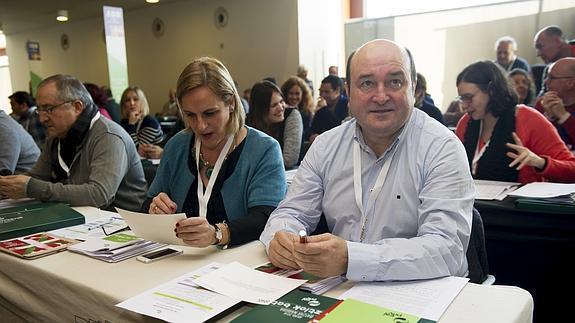 El presidente del Euzkadi Buru Batzar (EBB), Andoni Ortuzar (d), durante la apertura de la VII Asamblea General del PNV.