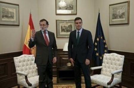 En la foto, el presidente de Gobierno en funciones Mariano Rajoy (i) y el líder del PSOE, Pedro Sánchez, al comienzo de su reunión en el Congreso de los Diputados en Madrid el 12 de febrero de 2016.