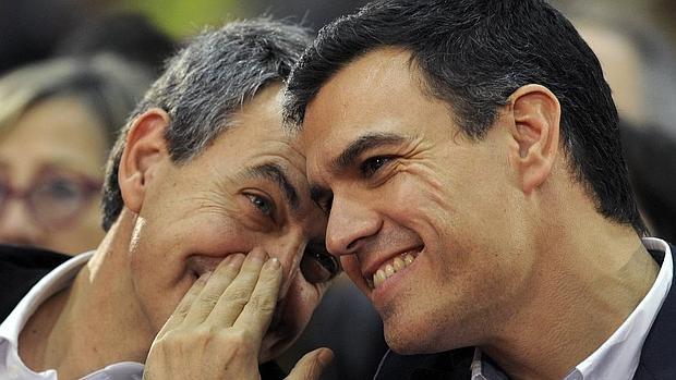 José Luis Rodríguez Zapatero (i) comparte confidencias con Pedro Sánchez (d)