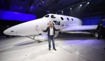 Sir Richard Branson posa frente al cohete de turismo espacial SpaceShipTwo de Virgin Galactic, después de que fue presentado, el viernes 19 de febrero de 2016, en Mojave, California. La compañía se está preparando para reanudar pruebas de vuelo por pimera vez desde un accidente ocurrido en 2014 que destruyó el cohete original y mató a uno de sus dos pilotos.