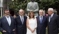 La presidenta andaluza, Susana Díaz (c), posa junto a los expresidentes andaluces, José Rodríguez de la Borbolla (i), Manuel Chaves (2i), José Antonio Griñán (2d), y Rafael Escuredo (d). (EFE) La presidenta andaluza, Susana Díaz (c), posa junto a los expresidentes andaluces, José Rodríguez de la Borbolla (i), Manuel Chaves (2i), José Antonio Griñán (2d), y Rafael Escuredo (d). Detrás, la estatua de Blas Infante.