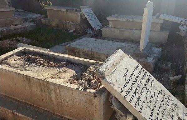 En diciembre de 2015, un cementerio cristiano de Kirkuk (Irak) fue vandalizado. Las cruces y las lápidas fueron destrozadas, y las tumbas abiertas.