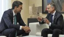 El lehendakari, Iñigo Urkullu, conversa con Pedro Sánchez