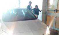 La eurodiputada Ángela Vallina y su marido, Basilio G., ayer, estacionados en el área de Urgencias.