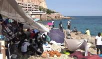 Inmigrantes africanos acampan en una playa de la localidad de Ventimiglia, en el norte de Italia, esperando la oportunidad de cruzar a la vecina Francia.