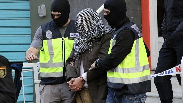 La policía traslada a uno de los detenidos en Ceuta