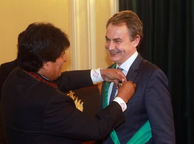 En la imagen, Evo Morales condecora condecora a José Luis Rodríguez Zapatero