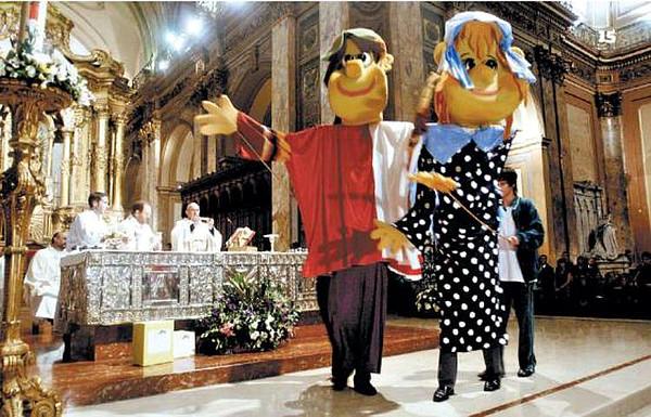 """Una escena de la """"Misa por la Educación"""" anual celebrada por el entonces cardenal Bergoglio en su catedral en 2010."""