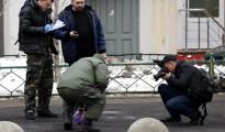 """Varios agentes de la policía rusa inspeccionan la zona junto a la estación de metro de """"Oktiabrskoye Pole"""" donde una mujer fue detenida el lunes tras pasearse con una cabeza decapitada en la mano, al parecer de una niña que tenía a su cargo, en Moscú (Rusia)."""
