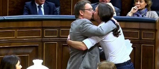 El apasionado beso de Iglesias y Domènech