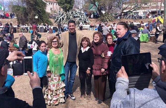 Fotografía facilitada por el PPC de su coordinador general, Xavier García Albiol (c), que posa con varias de las asistentes a las jornadas conmemorativas del Día de Andalucía, ayer en Tarrasa (Barcelona),