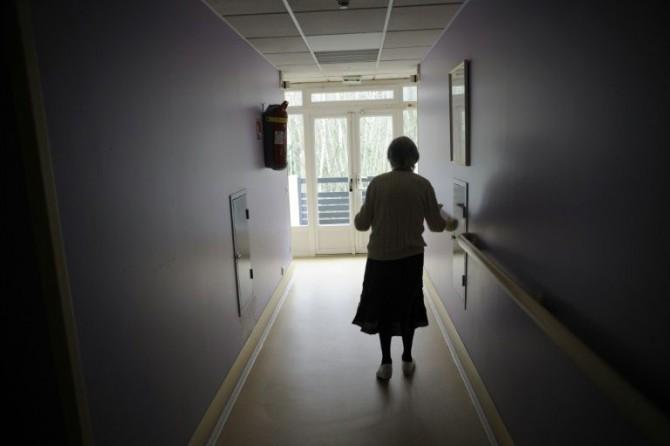 Una paciente con Alzheimer camina por un pasillo el 18 de marzo de 2011 en Angervilliers, Francia