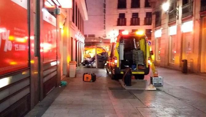 Fotografía facilitada por el Ayuntamiento de Madrid de los servicios de emergencias en el lugar donde un joven de 20 años ha muerto y otro de 18 ha resultado herido grave por apuñalamiento en dos sucesos muy próximos, en la zona de la Puerta del Sol de Madrid.