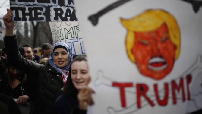 Manifestantes anti-Trump.