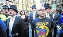 Armando Cuenca, con la camiseta del superhéroe arácnido, junto a varios ediles de EH