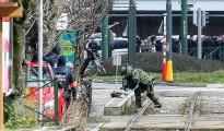 Un artificiero se aproxima a un paquete sospechoso durante una operación antiterrorista cerca de Mezier, en Bruselas (Bélgica) ayer.