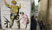 Una reproducción de un mural de Banksy en Hebrón el 11 de febrero de 2016