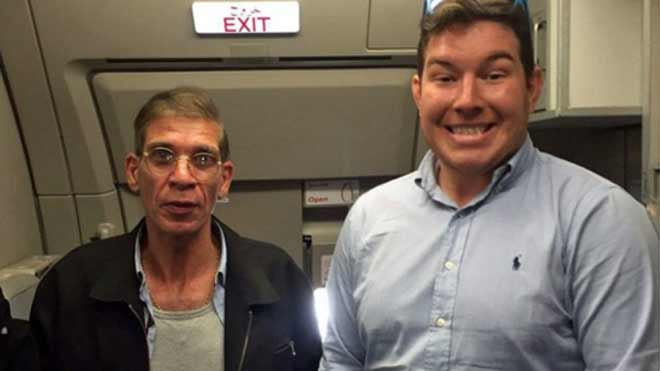Ben Innes, junto al secuestrador del vuelo de EgyptAir.