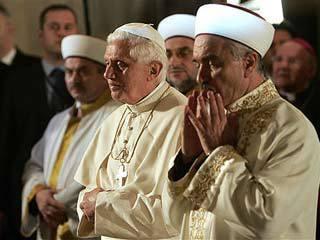 Benedicto XVI en la mezquita de Estambul
