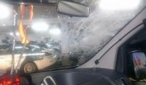 Imagen de los destrozos causados por la piedra de dos kilos en el coche de la Guardia Civil de Tráfico.