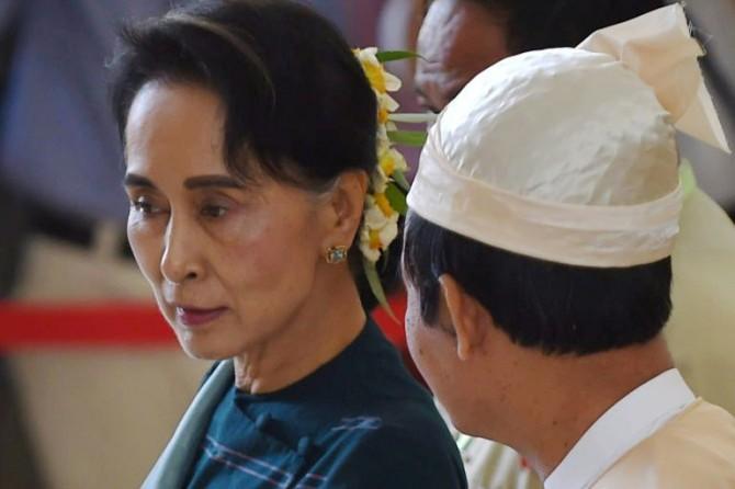 La Nobel de la Paz Aung San Suu Kyi habla, el 15 de marzo de 2016 en Naypyidaw, Birmania, con el portavoz de la Liga Nacional para la Democracia en el Parlamento, Win Myint