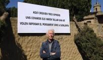 Fotografía facilitada por Albert Boadella del cartel «Aquí crecían tres cipreses. Unos cobardes los cortaron una noche. Quieren imponer el pensamiento único en Catalunya», que ha colocado en su casa del Ampurdán para denunciar los ataques que viene sufriendo su propiedad desde hace un año