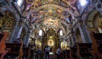 Un grupo de personas observa los frescos recientemente restaurados de la iglesia valenciana de San Nicolás.